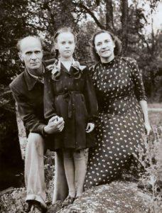 Pildil on Leelo Tungal koos ema-isaga 1955. aastal.
