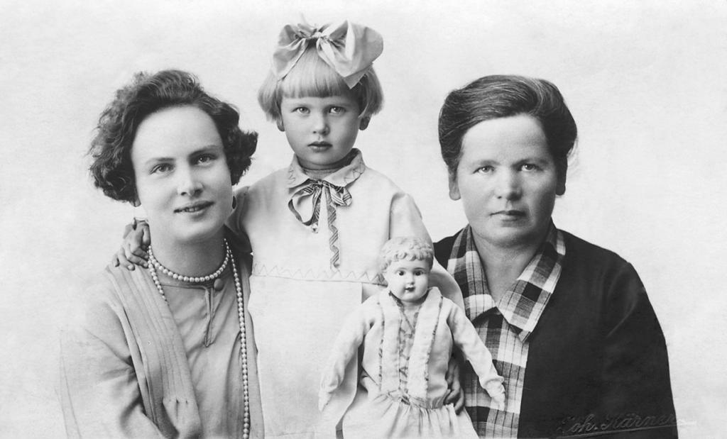Heljo Mänd ema, vanaema ja oma lemmiknukuga.